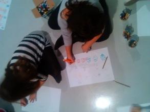Materiales sencillos: lápices de colores, papel, el suelo... y mucha imaginación.